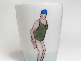イギリス作家の手作りコップ 「スイマー」(女性、青ぼうし)の画像