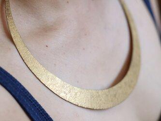 真鍮鎚目模様の三日月ネックレスの画像