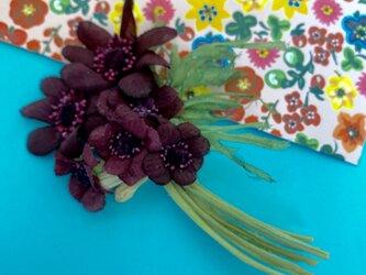 布花 チョコレートコスモスのコサージュの画像