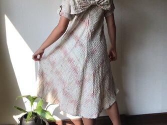 NHK「べっぴんさん」にてももクロ百田さん着用ロングセラー 後ろリボンとバイアス、ハイカラーの手織り綿ワンピース 白絣の画像