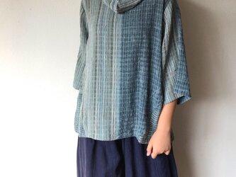 ロールネック着物スリーブ7分袖 カッティングが綺麗でシンプルに着られるけどスッキリ見える手織り綿ブラウス 青グレイ絣の画像
