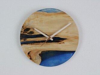 小さな世界が見えるかも? 直径30cm-14 木とレジンの掛け時計 River clockの画像