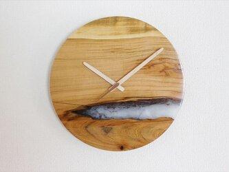 小さな世界が見えるかも? 直径30cm-21 木とレジンの掛け時計 River clockの画像