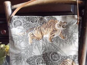 虎柄の着物地のショルダーバッグの画像