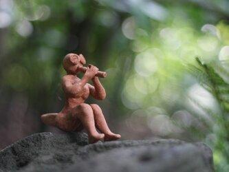 笛を吹く少女の画像
