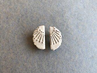 陶イヤリング 骨白 「光芒」の画像