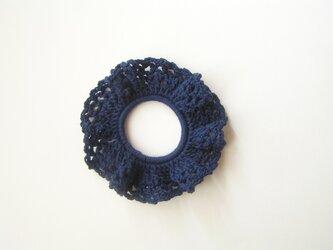 コットン糸のシュシュ(紺)の画像