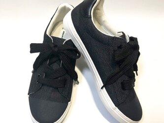 リボン風の太目な靴紐がポイント!ブラック x マットブラックのバイカラースニーカー(22.5cm x 25.0cm)の画像