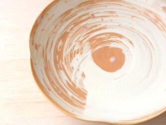 花びら舞う刷毛目模様の輪花皿の画像