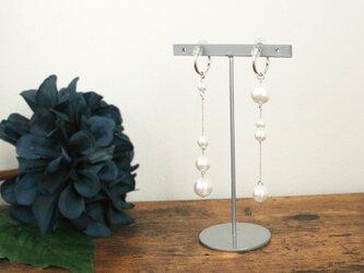 《イヤリング》Bubbles pearl asymmetry earring/White×Silverの画像