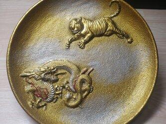 龍虎黄金飾り皿の画像