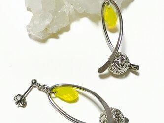 個性的☆メタルビーズと黄色いスワロのデザインバチカンのピアス ポストタイプの画像