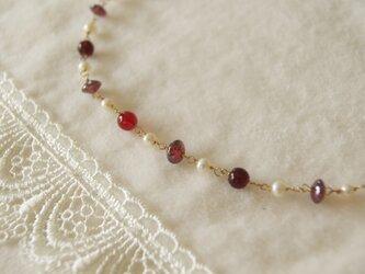 赤いビーズとパールのネックレス N24の画像