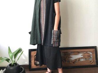 ベストでもチュニックでも自由自在にオールシーズンでつかえる手織り綿ベストブラウス 黒緑絣の画像