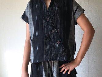 シンプルに着こなせるけどディテール凝ってる手織り綿フレンチスリーブブラウスベスト 黒茶絣の画像