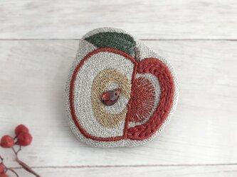 リンゴ刺繍ブローチ【受注制作】の画像
