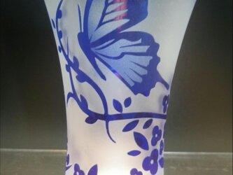 【被せ天開ぐい呑み 瑠璃】蝶と華の画像