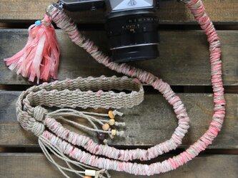 テープヤーンの麻紐ヘンプカメラストラップpink(2重リング)の画像