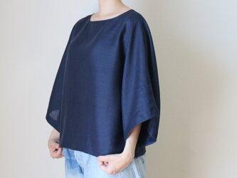 たっぷりしたお袖のフレアー感がきれいなトップス リネン100% 紺の画像