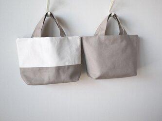 スモーキーベージュのリバーシブルミニトートバッグ※の画像
