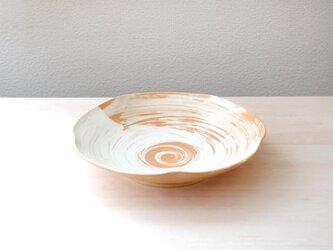 柔らかな土味 刷毛目模様の輪花皿 * 3の画像