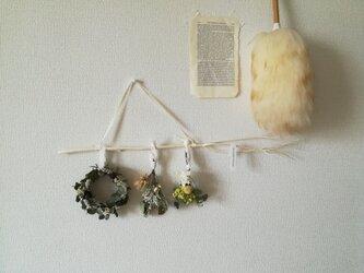 ミニリースと吊るすミニブーケの壁飾り(リース プリザーブドフラワー ドライフラワー アンティーク)の画像