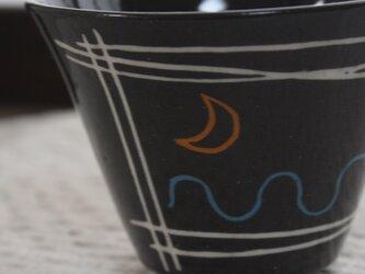 波にお月様のコーヒーカップの画像