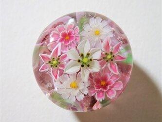 《カサブランカと八重咲きコスモス》 帯留め ガラス とんぼ玉 着物 浴衣の画像