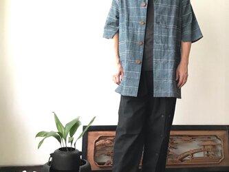 イタリアンカラーで前部分はシンプル、背中ボタンと裾タックで後ろ部分を遊んでる前開き手織り綿メンズブラウス 青グレイ絣の画像