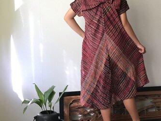 NHK「べっぴんさん」にてももクロ百田さん着用ロングセラー 後ろリボンとバイアス、ハイカラーの手織り綿ワンピース 赤絣の画像