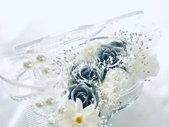 【プリザーブドフラワー/グランドピアノシリーズ】シルバーローズの輝きと白い花たちの美しくピュアな音色の画像