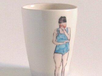 イギリス作家の手描きカップ 「スイマー」(女性、水色水着)の画像