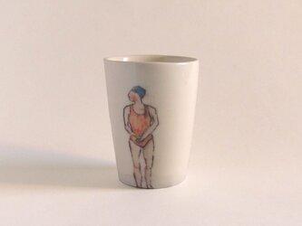 イギリス作家の手描きカップ「スイマー」(女性、オレンジ水着)の画像