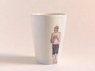 イギリス作家の手描きコップ 「スイマー」(男性、赤ぼうし)の画像