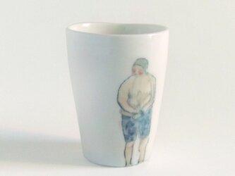 イギリス作家の手描きカップ 「スイマー」(男性、青水着)の画像