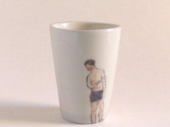 イギリス作家の手描きカップ 「スイマー」(男性、黒水着)の画像