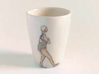 イギリス作家の手描きカップ「スイマー」(女性、黄色帽子)の画像
