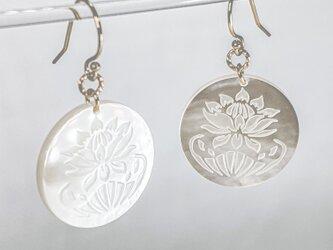 【受注製作品】白蝶貝の蓮の花のピアス 14kgfの画像