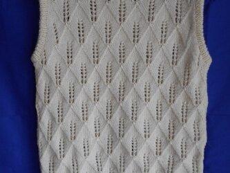 白の透かし編みベストの画像