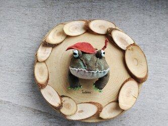 枯れ葉を乗せた ぽこっとかえるブローチ 水底太郎 の画像