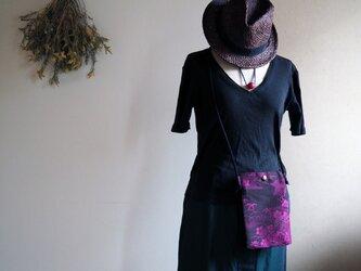 深い陰影が美しい!ミニマムな大人サコッシュ 紺×ピンクワイン着物コートからの画像