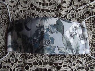 グレーの花柄の舟形マスクの画像