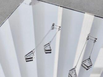 立体的に揺れる粒ガラスのピアスペア//W HANGING PIERCE※イヤリング対応の画像
