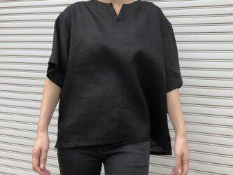 """男女とも使える""""リネン100%""""涼しいメンズTシャツ(黒・半袖)の画像"""