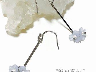 パステルブルーのお花がゆらゆら揺れる*清楚なピアス フックタイプの画像