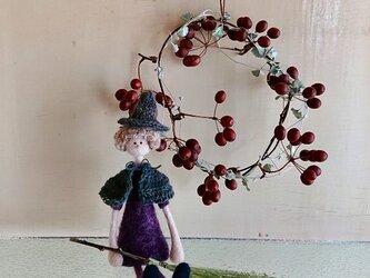 ハロウィンの魔女の子とリースの画像