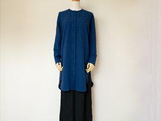 クールビューティーなノーカラーロングシャツ【ブルーxブラックピンストライプ・長袖・比翼・丸襟・貝ボタン・Mサイズ】の画像