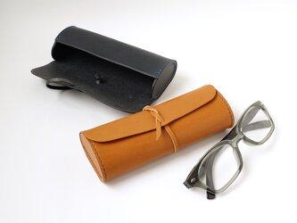 革ひもでくるんで結ぶ コロンとした眼鏡ケース【本革/受注生産 革5色・糸10色】の画像