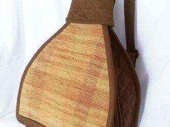 ☆サマーセール☆ 裂き織りの三角リュック(茶とベージュ)の画像