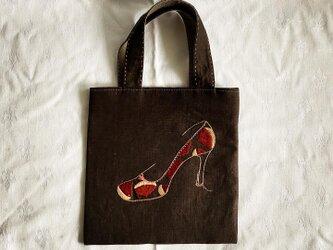 栗パンプス刺繍のバッグの画像